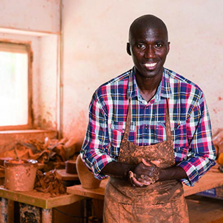 Artisan fabriquant des paniers grâce a la tontine