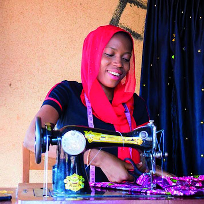 Prévoyance pour une jeune couturière dans son atelier