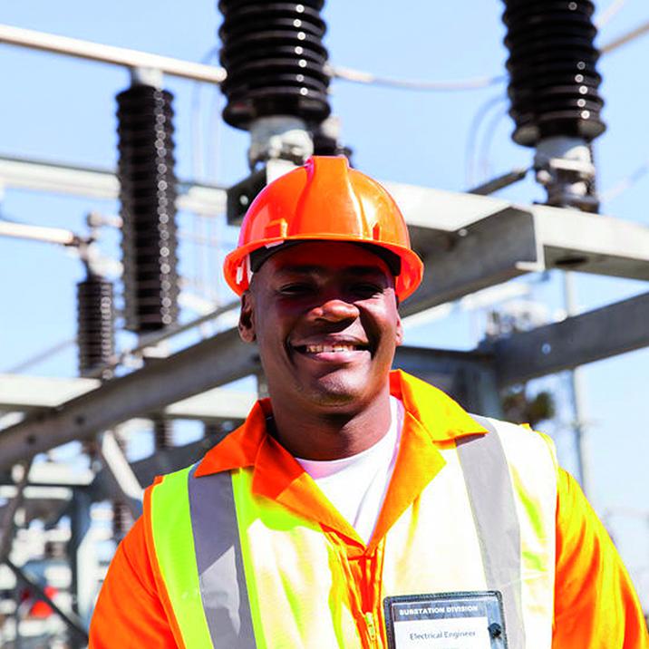 Ouvrier dans une centrale électrique heureux du global package