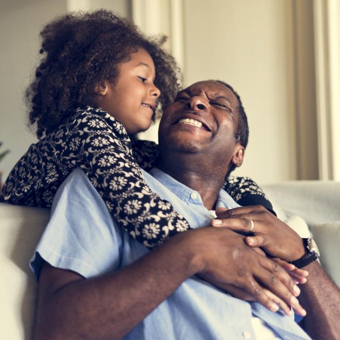 Grand père avec petite fille heureux car héritage assure