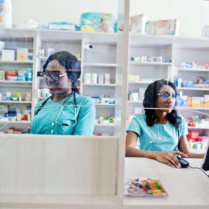 Deux jeunes pharmaciennes au comptoir.