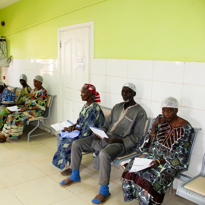 Des patientes en salle d'attente pour des consultations médicales.