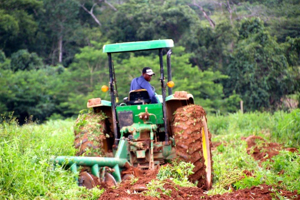 Témoignage cultivateur sur tracteur content de son assurance